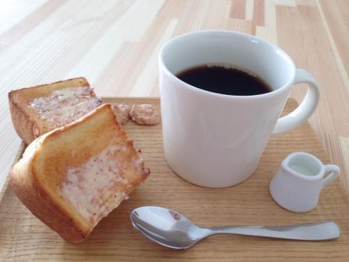 朝のトーストサービス 10時から11時半までにドリンクご注文のお客様で、ご希望の方に、サービスで厚切りのバタートーストを1/2枚をおつけします。